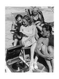 Badegäste am Strandbad Wannsee hören Musik  1938