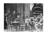 Französische Soldaten in einem Pariser Café während des Ersten Weltkriegs