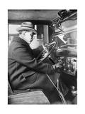 Mann am Steuer eines Chevrolet Sedan  1925