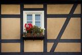 An Dem Fenster Eines Fachwerkhauses Haengt Ein Blumenkasten Mit Geranien