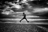 Young Woman Jumping on Beach Papier Photo par Rory Garforth