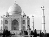 Jackie Kennedy in Front of the Taj Mahal  India  March 15  1962