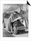 Eine Frau entfaltet eine Straenkarte auf der Motorhaube eines BMW 329  1938