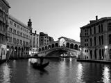 Le pont de Rialto, Grand Canal, Venise, Italie Papier Photo par Alan Copson