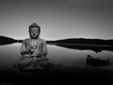Bouddha couleur or au bord du lac Papier Photo par Jan Lakey