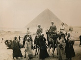 British Tourists Seated on Camels in Front of the Great Pyramid, Giza, Egypt, 1936 Papier Photo