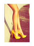 Woman Tan Legs In High Heel Yellow Shoes Outdoor Shot Summer Day Reproduction d'art par Coka