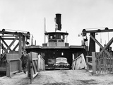 Newport News Ferry Unloading Her Cargo, 1947 Papier Photo