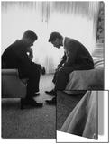 John Kennedy, candidat à la présidence des États-Unis, en conversation avec son frère et organisateur de campagne, Bobby Kennedy Acrylique par Hank Walker