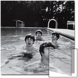 Paul McCartney, George Harrison, John Lennon and Ringo Starr Taking a Dip in a Swimming Pool Acrylique par John Loengard