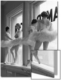 Ballerines sur le rebord de la fenêtre dans la salle de répétition de l'Ecole Américaine de Ballet de George Balanchine, New York Acrylique par Alfred Eisenstaedt