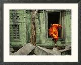 Angkor Wat temple avec moine, Siem Reap, Cambodge Photo encadrée par Steve Raymer