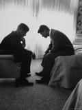 John Kennedy, candidat à la présidence des États-Unis, en conversation avec son frère et organisateur de campagne, Bobby Kennedy Papier Photo par Hank Walker