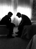 Jack Kennedy Conferring with His Brother and Campaign Organizer Bobby Kennedy in Hotel Suite Papier Photo par Hank Walker
