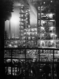 Stand Oil of Baton Rouge Refinery Helps Make Rubber, High-Octane Gasoline and Explosives Papier Photo par Andreas Feininger