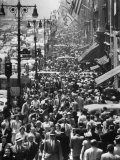 Crowds on Midtown Stretch of Fifth Avenue at Lunch Hour Papier Photo par Andreas Feininger