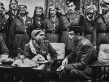 Arab Legion Col. Abu Nawar Talking to King Hussein Ibn Taltal in Front of Group of Legion Officers Papier Photo