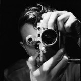 Person Holding Camera to Face. Winner of Life Photo Contest. We Do Not Have a Name Papier Photo par Andreas Feininger