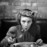 Woman Eating Spaghetti in Restaurant. No.5 of Sequence of 6 Papier Photo par Alfred Eisenstaedt