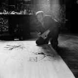 Painter Jackson Pollack Working on a Canvas Aluminium par Martha Holmes