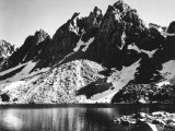 """""""Kearsarge Pinnacles,"""" Partially Snow-Covered Rocky Formations Along the Edge of the River Aluminium par Ansel Adams"""