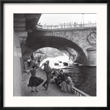 Rock 'n' Roll Dancers on Paris Quays, River Seine, 1950s Reproduction encadrée par Paul Almasy