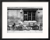 A Row of Bikes Leaning Against an Old School Building in Oxford, England Reproduction encadrée par Keith Barraclough