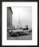 Mannequin en tailleur Jacques Fath à côté d'une automobile Delahaye 1947, avec la Tour Eiffel en toile de fond Reproduction encadrée par Tony Linck