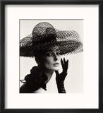 Tania Mallet in a Madame Paulette Stiffened Net Picture Hat, 1963 Reproduction encadrée par John French