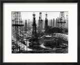 Forest of Wells, Rigs and Derricks Crowd the Signal Hill Oil Fields Reproduction encadrée par Andreas Feininger