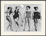 Mannequins au soleil portant des vêtements de plage à la mode Reproduction encadrée par Nina Leen