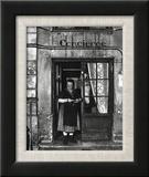 Concierge with Spectacles Reproduction encadrée par Robert Doisneau