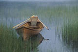 An Adirondack guide canoe floating on Connery Pond at sunrise. Papier Photo par Michael Melford