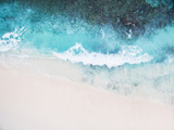 Beautiful Tropical White Empty Beach and Sea Waves Seen from Above Papier Photo par NinaMalyna