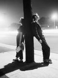 Adolescents adossés à un poteau Papier Photo par Bettmann