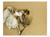 Ballerine ajustant ses chaussons, vers 1890 Giclée par Edgar Degas