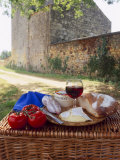 Picnic Lunch of Bread, Cheese, Tomatoes and Red Wine on a Hamper in the Dordogne, France Papier Photo par Michael Busselle