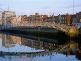 The Ha'Penny Bridge Over the Liffey River, Dublin, County Dublin, Eire (Ireland) Papier Photo par Bruno Barbier