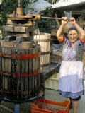 A Local Winemaker Pressing Her Grapes at the Cantina, Torano Nuovo, Abruzzi, Italy Papier Photo par Michael Newton