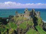 Dunluce Castle on Rocky Coastline, County Antrim, Ulster, Northern Ireland, UK, Europe Papier Photo par Gavin Hellier