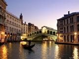 Le pont de Rialto, Grand Canal, Venise, Italie Reproduction d'art par Alan Copson