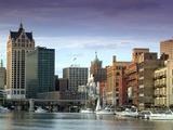 Centre-ville de Milwaukee et la Milwaukee River, Wisconsin Papier Photo par Walter Bibikow