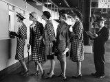 """""""5 mannequins portant des robes à la mode au guichet d'un Hypodrome"""" Hypodrome de Roosevelt Reproduction d'art par Nina Leen"""