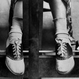 College Coed Sporting, Ubiquitous Saddle Shoes Papier Photo par Alfred Eisenstaedt
