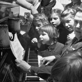 Children Singing Around the Piano at Orphanage Papier Photo par Tony Linck