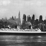 Oceanliner 'Queen Elizabeth' on the Hudson River
