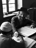 Rabbi Teaching the Talmud, the Basis For Much Jewish Law Aluminium par Alfred Eisenstaedt