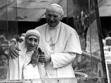 Pope John Paul II Holds His Arm Around Mother Teresa Papier Photo