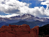 The Sun Breaks Through the Clouds to Highlight the Summit of Pikes Peak Reproduction d'art
