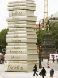 """Visitors Look at a Sculpture Erected by the Initiative """"Germany - Land of Ideas"""" Papier Photo"""